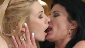 Две красивые лесбиянки поигрались с кисками друг дружки