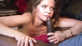 Зрелая домохозяйка в чулках взяла в ротик черный пенис