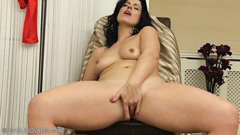 Брюнетка сняла нижнее белье и по мастурбировала