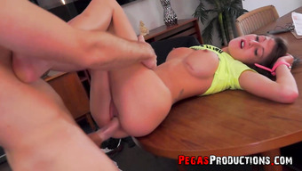 Секс с прекрасной брюнеткой с большой грудью на столе