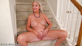 Старая блондинка крупным планом демонстрирует пизду