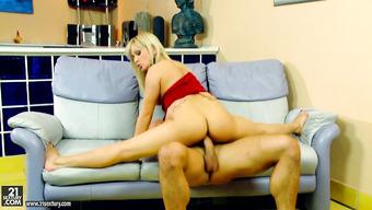 Гибкую блондиночку пытается довести до незабываемого оргазма