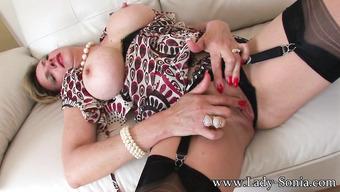 Развратная женщина с большими дойками трогает дырку между ног