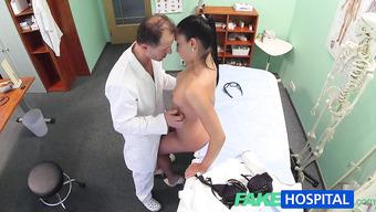 В палате доктор занимается сексом с милой брюнеткой
