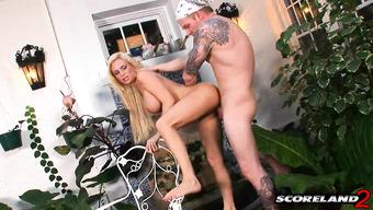 Блондинка с большими дойками отдается парню в саду
