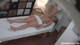 Голенькой брюнетке перед скрытой камерой делают массаж