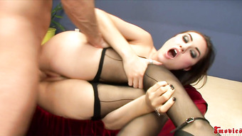 Секс с красивой брюнеткой в чулках Сашей Грей