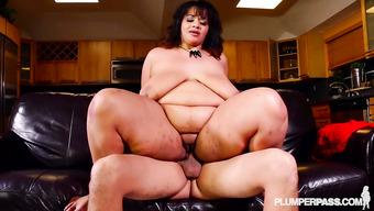 Гламурная толстушка развлекается на диване