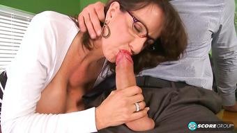 Порно со зрелой пышногрудой начальницей