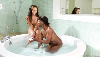 Классные лесбиянки резвятся в ванной комнате