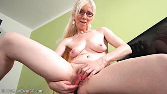 В своем кабинете женщина мастурбирует волосатую пизду