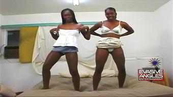 Трах с двумя веселыми негритянками на кроватке