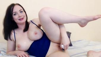 Студентка с красивыми сиськами мастурбирует вагину