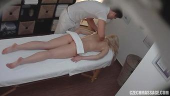 Блондинистая студентка расслабилась на массаже