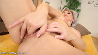 Соло зрелой блондинки превратилось в мастурбацию