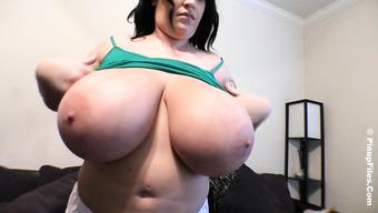 Толстуха вывалила свою здоровенную грудь