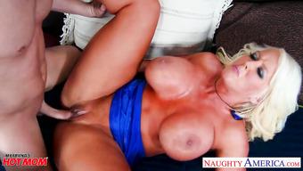 Порно с жаркой женщиной Alura Jenson