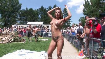 Обнаженные девушки развратничают перед публикой