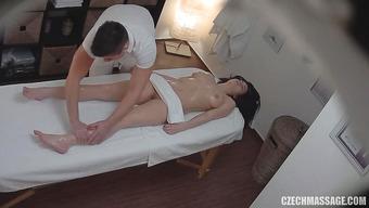 Массажист довел симпатичную клиентку до оргазма