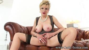 Мадам с большой грудью решила себя удовлетворить