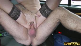Девку в чулочках насаживает на хер таксист