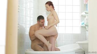 Нежное совокупление парочки в ванной