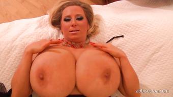 Женщина и ее здоровенная грудь