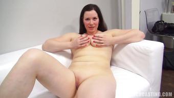 Порно кастинг с сиськастой брюнеткой