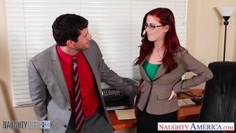 Начальник предложил рыжей секретарше секс