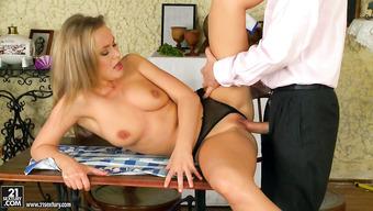 На столе перчит блондинку между ножек
