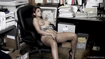 Красивая латина расслабляется на рабочем месте