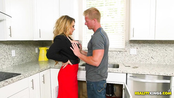 Блондинка соблазнила сантехника на кухне