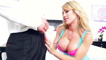 Блондинка очень сильно хочет сосать