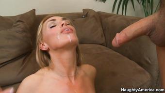 Блондинка наслаждается горячей спермой