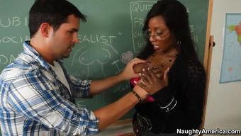 Секс с темнокожей зрелой преподавательницей