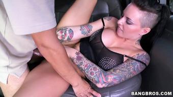 Татуированную красавицу шпилят в автомобиле