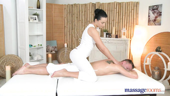 Жгучая брюнетка в массажном салоне дала клиенту