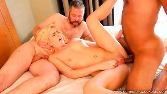 Негр трахает блондинку на глазах у зрелого бисексуала