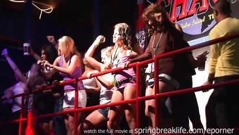 Откровенные танцы красивых студенток в ночном клубе