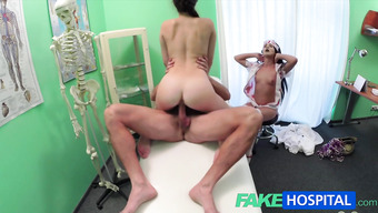 Доктор вместе с медсестрой трахнули пациентку