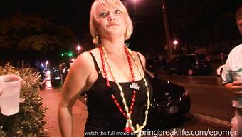 Женщины выставляют напоказ сиськи на улице