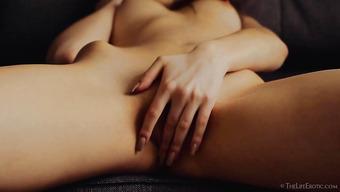 Стройная брюнетка мастурбирует сладенькую киску