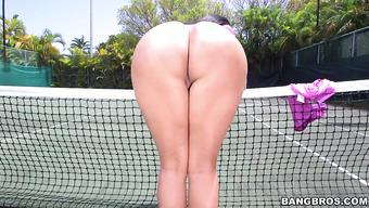 На теннисном корте трахают брюнетку с большой попой