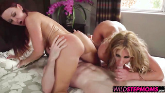 Прекрасный секс с двумя чертовками на широкой кровати
