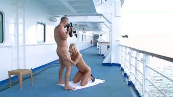 Горячий и страстный секс с красоткой на корабле