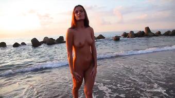 Эротика от умопомрачительной голой брюнетки на пляже