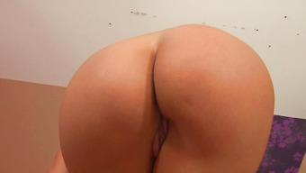 Сногсшибательная девушка сует пальчики в сладкую вагину