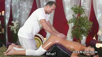 Мужик делает массаж фигуристой намасленной брюнетке
