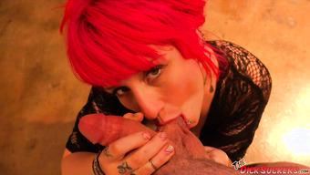 Рыжая сука с потрясающими сиськами круто сосет