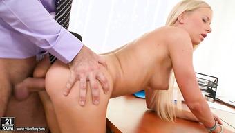 Обаятельная белокурая девушка занялась сексом в офисе